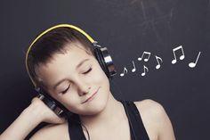 ヘッドフォンで音楽を聞く子ども