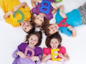 アルファベットを持つ子どもたち楽しい