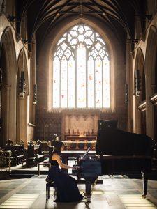ピアノを引く女性