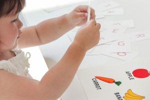 英語を学んでいる子供