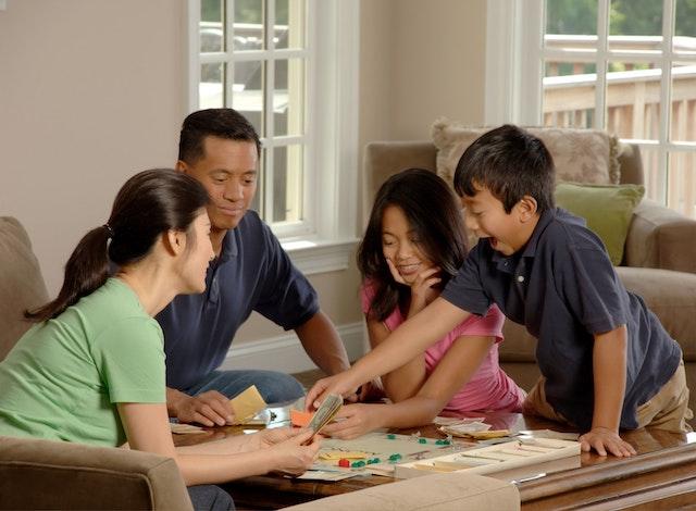 家族で一緒にボードゲームを楽しんでいる