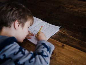 子供がえんぴつを使って勉強をしているところ