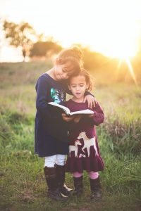 女の子たちが一緒に本を読む