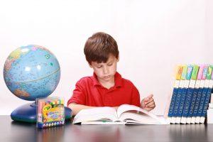 男の子が英語勉強している