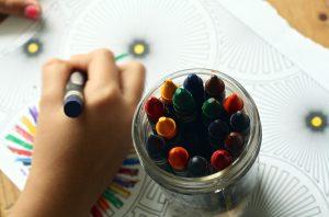 クレヨンでお絵描きする子ども
