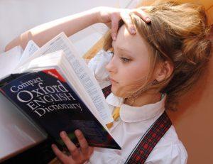 女の子が英語の本を読んでいる
