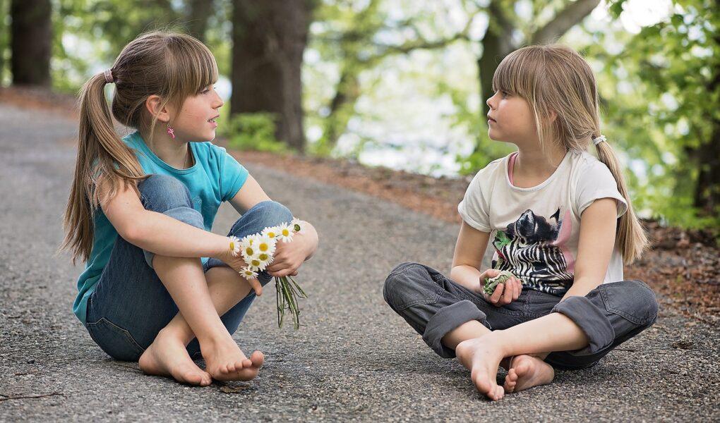 初心者必見英会話を始める際に必要なことについてご紹介。女の子たちが一緒にお話ししている
