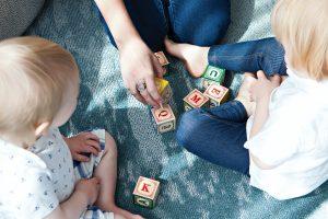 アルファベットのおもちゃで英語勉強する子どもと親