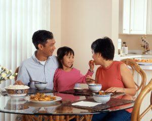 家族3人で楽しく食事をしながら英語で会話