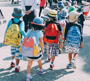 子どもたちが一緒に歩いている
