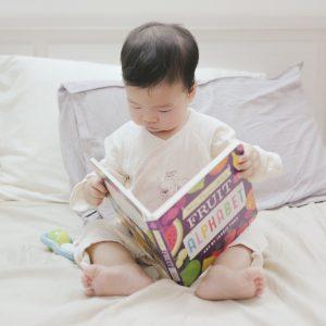 子どもが英語の本を読んでいる