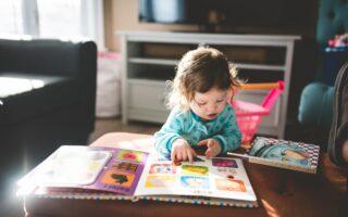 子どもが英語の絵本を読む