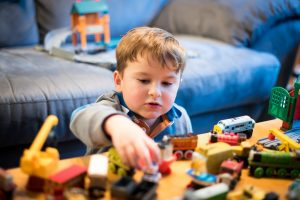 男の子が車のおもちゃと遊ぶ
