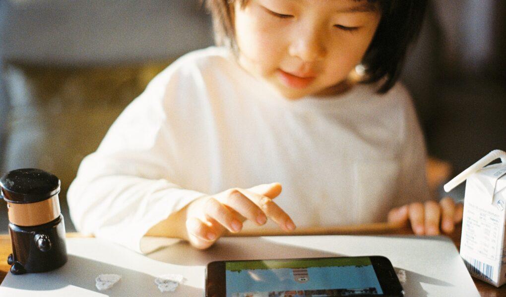 オンライン勉強する女の子、早期英語教育のメリットとデメリット
