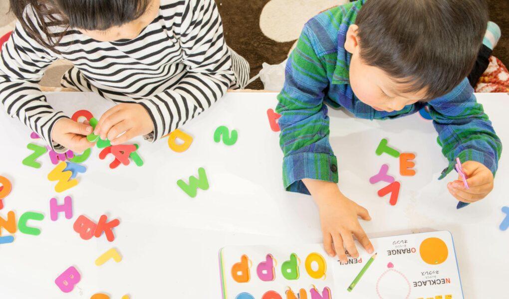子ども二人が英語の勉強をしているところ