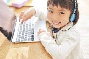 子どもがオンライン英会話をパソコンで受けている様子