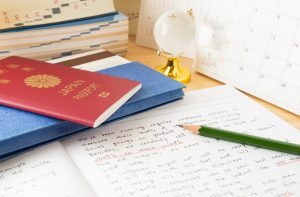 パスポートと英語が書かれた勉強ノート