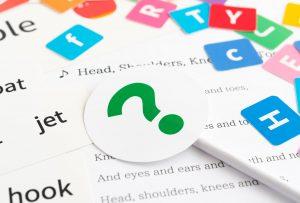 英語の本や英語の単語帳、アルファベット