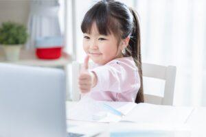 子どもがオンライン英会話の授業を受けている様子