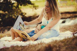 親子一緒に英語絵本を読む