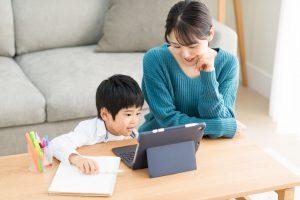英語を勉強する親子