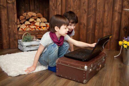 動画を見る子供達